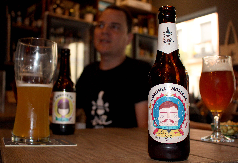Bee Beer ya cuenta con cuatro cervezas artesanales propias: Dr. Insólito, Agente 99, Craft Dogs Ale, y Coronel Mostaza.