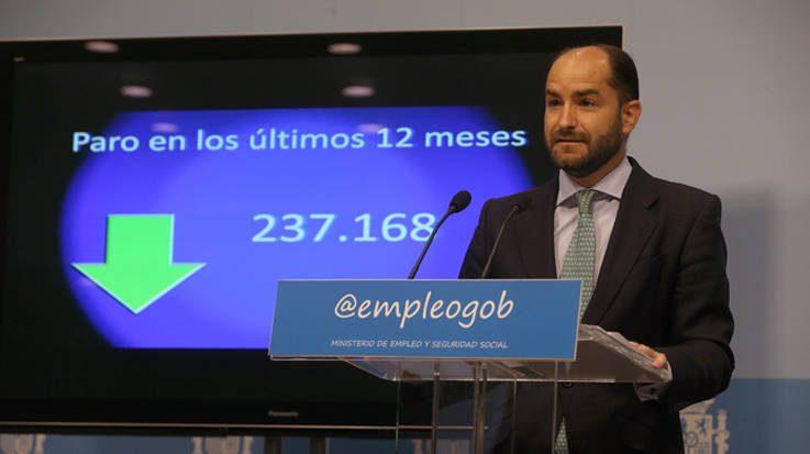 La caída del desempleo se ha registrado en todas las comunidades autónomas, en especial en Andalucía, Cataluña y Madrid.