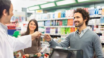 La medida obligará a los establecimientos a ofrecer a los clientes la opción de realizar sus pagos con tarjeta a través de internet o móviles en transacciones superiores a 30 euros.