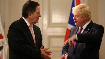 Roberto Ampuero, ministro de Relaciones Exteriores de Chile, y Boris Johnson, ministro de Relaciones Exteriores del Reino Unido.