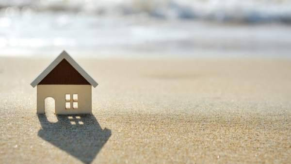 El estudio muestra que un 43 por ciento de los españoles prefieren adquirir su segunda vivienda cerca de la playa.