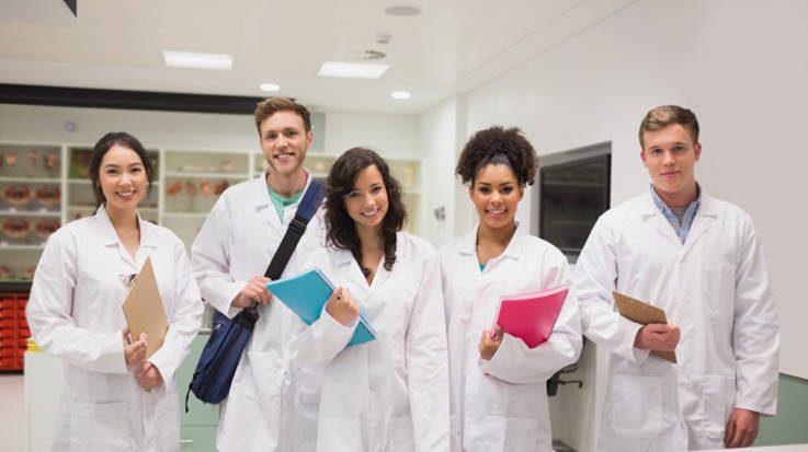 La matrícula para el grado de medicina en Cataluña es de 2.371,8 euros.
