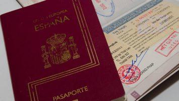 La regulación de extranjería de España resume cuáles son los casos por los que un extranjero puede acceder al mercado laboral sin un permiso de trabajo.