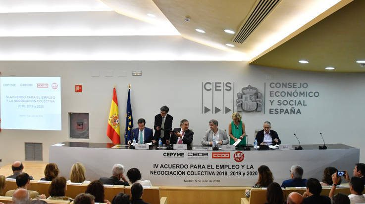 Representantes de CCOO, UGT, CEOE y Cepyme han firmado, junto al Ministerio del Trabajo, el 'IV Acuerdo para el Empleo y la Negociación Colectiva (AENC)'.