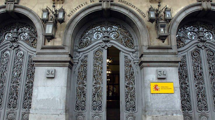 El Ministerio de Educación propone aumentar las becas de estudiantes con las rentas más bajas en 100 euros.