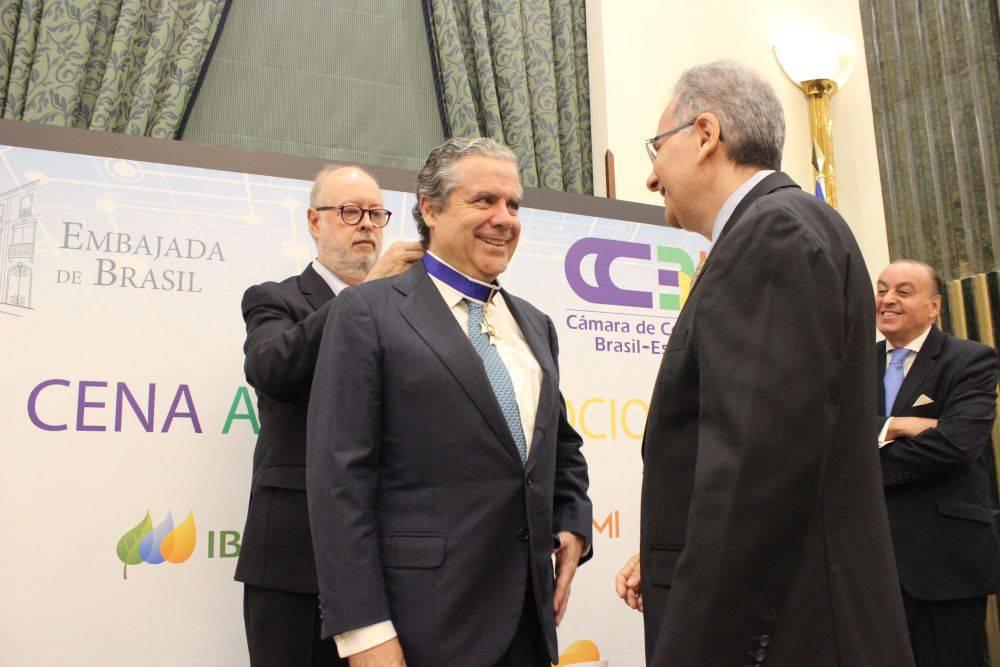 José Gasset recibiendo la Orden de Rio Branco durante la celebración de la Cena de Socios de la CCBE.