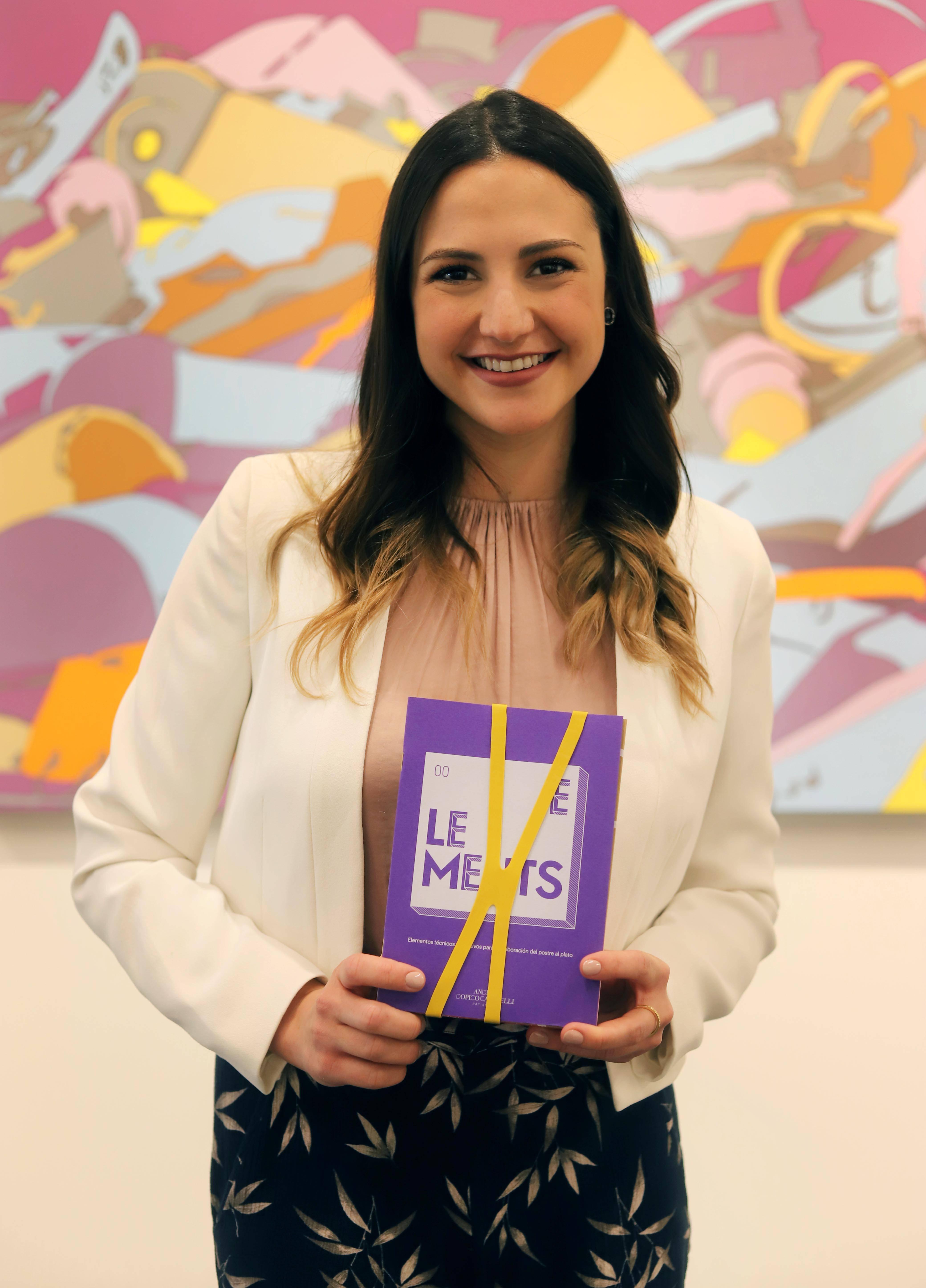 Andrea ha auto-publicado el libro 'ELEMENTS', que ha servido para aumentar su formación docente en varias masterclass de la convocatoria 2018-2019.
