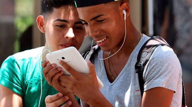 El Gobierno cubano implementará el acceso al internet en móviles y contempla hacerlo a nivel nacional para finales de año.