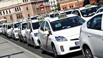 Las asociaciones y colectivos de taxis han solicitado la paralización temporal de las licencias para VTC, las utilizadas por los servicios de Uber y Cabify.