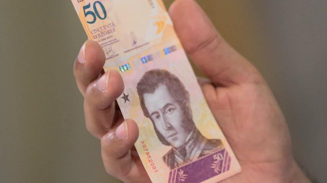 El economista Jóse Guerra asegura que los servicios básicos como el agua, luz o el pasaje no podrán ser pagados con la reconversión monetaria.