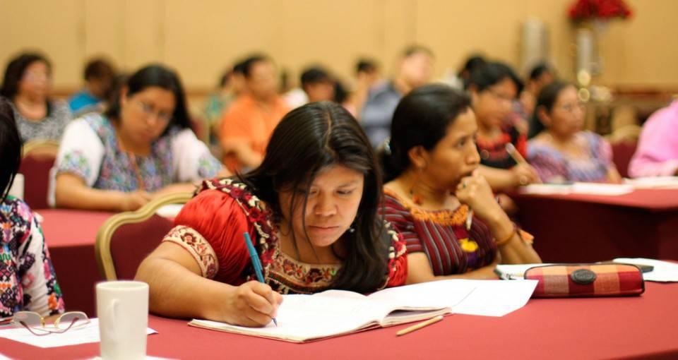 Un 30 por ciento de los indígenas viven en pobreza extrema, reduciendo sus opciones de acceder a estudios universitarios.