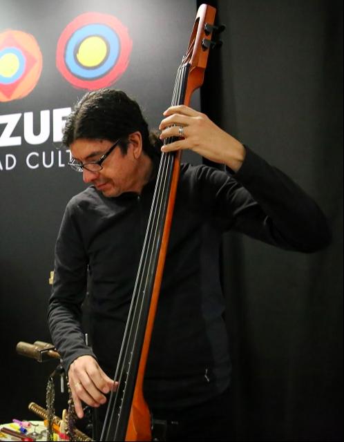 José Vicente Muñoz, contrabajo invitado.