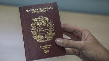 Los venezolanos están 'obligados' a pagar a gestores unos 1.500 dólares para obtener su pasaporte a tiempo.