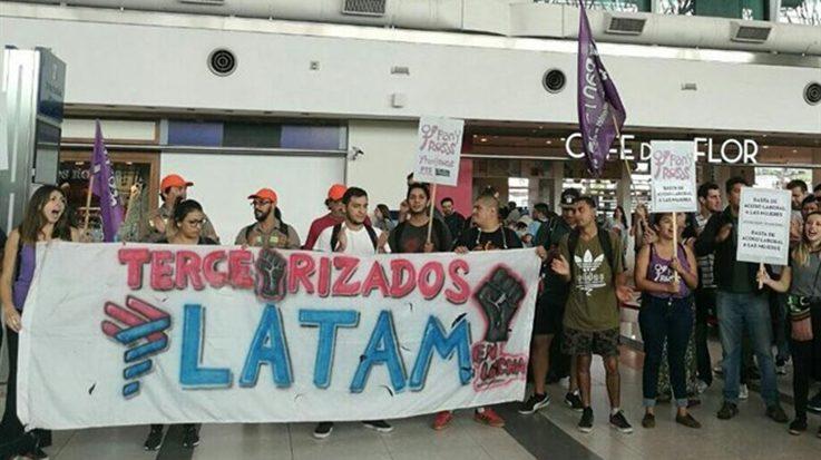 La tercerización de algunas operaciones de Latam Airlines generará 1.200 funcionarios despedidos.