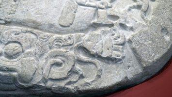 Encuentran en Guatemala un altar maya similar a las estrategias de Juego de Tronos.