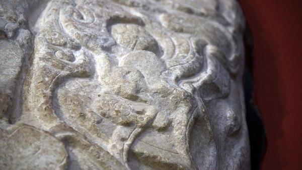 La pieza tallada en roca caliza contiene una inscripción en jeroglíficos mayas de una fecha que corresponde al 12 de mayo de 544 D.C.