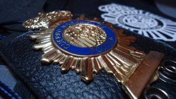 La Policía Nacional comprará carteras porta-placas por 60.000 euros.