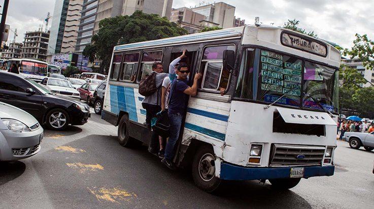 El aumento en el volumen de la población ha perjudicado a los servicios de transporte público.