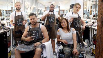 Bianca León, socia fundadora de barbería Barbados, junto a su esposo Víctor Becerra y su equipo de trabajo.