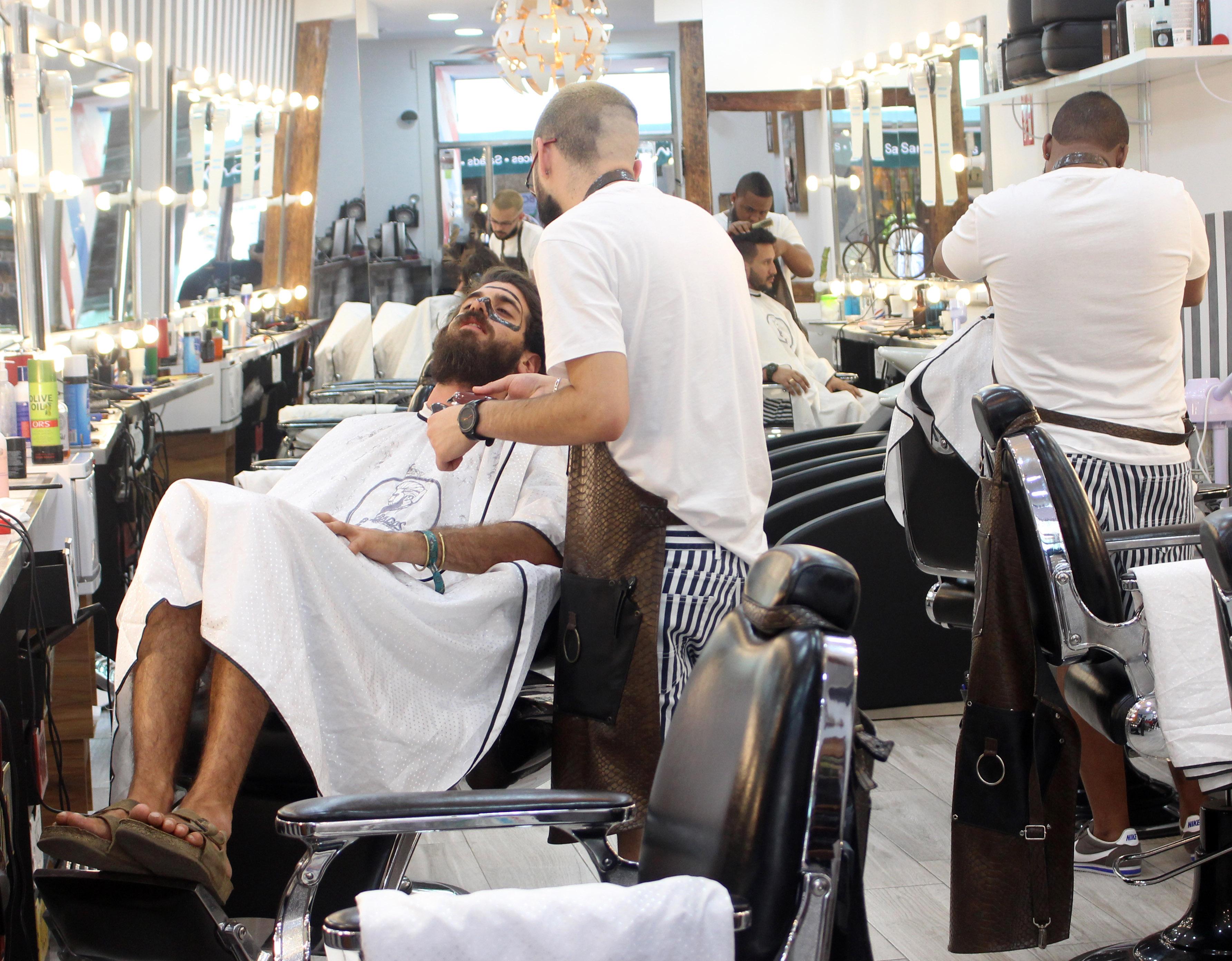 La barbería Barbados también ofrece a sus clientes el servicio de masajes faciales, depilación y maquillaje masculino.