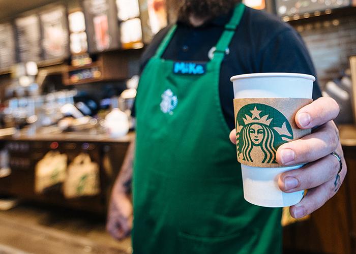 Este nuevo proyecto de Starbucks ha contratado a 14 adultos de edad avanzada como baristas.