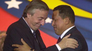 """Néstor Kirchner y Hugo Chávez realizaron """"maniobras especulativas"""" y sacaron 25 millones de dólares cada uno."""