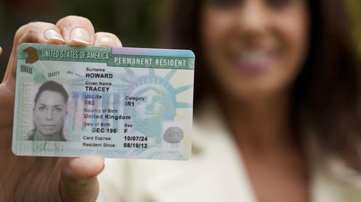 Los inmigrantes que reciben más de 1.821 dólares al año en beneficios que pueden ser monetizados quedarán descalificados para recibir la green cards.