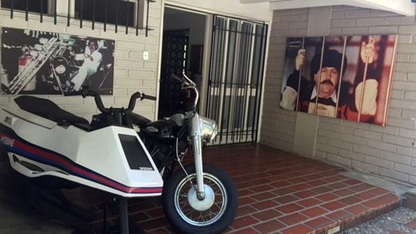 De un lado del museo se encontraba la única foto del capo en la famosa cárcel La Catedral, una moto acuática y la mítica moto de James Bond que tanto apreciaba.