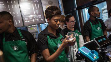 Starbucks ofrecerá servicios de cuidado infantil subsidiado para todos sus empleados de Estados Unidos.