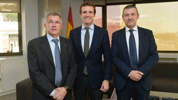 El vicepresidente primero de la FEDE, Aureliano Ruiz; el presidente del PP, Pablo Casado; y el presidente de la FEDE, Andoni Lorenzo.