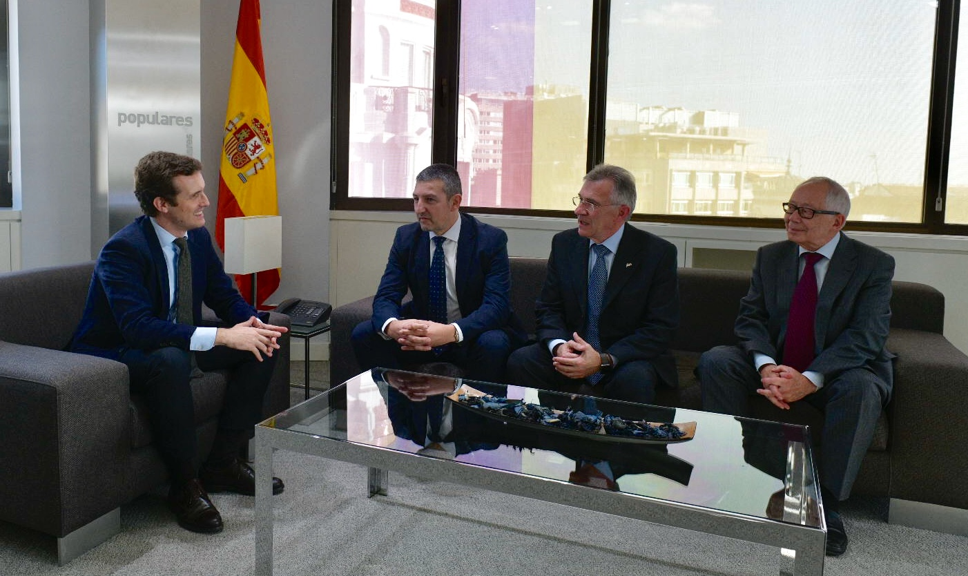 El encuentro con el presidente del PP es el primero de una ronda de contactos con representantes de los principales partidos políticos que realizará la FEDE.