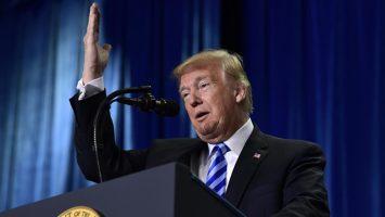 Donald Trump se reafirma en su postura de eliminar la nacionalidad por nacimiento en Estados Unidos.