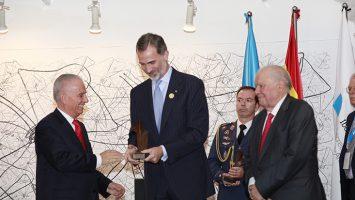 El Rey Felipe VI entrega el premio 'Enrique V Iglesias' a los empresarios Alejandro Bulgheroni y Enrique García.