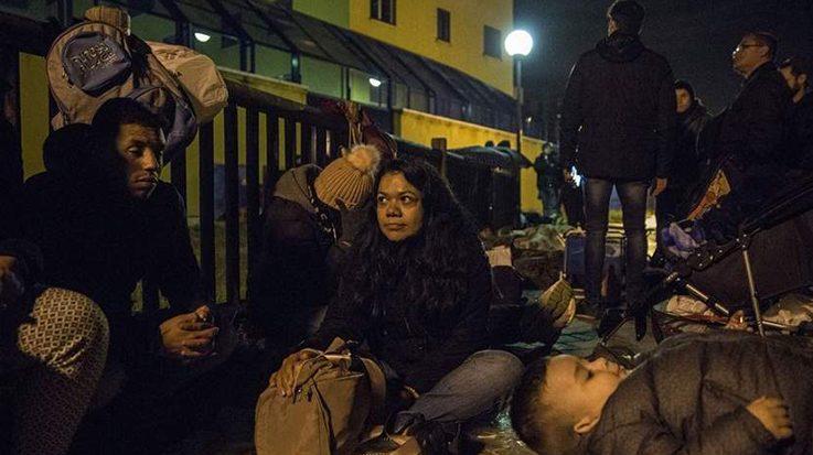Venezolanos inmigrantes pasan las noches a las afueras de una comisaría de Madrid para solicitar el asilo temporal.