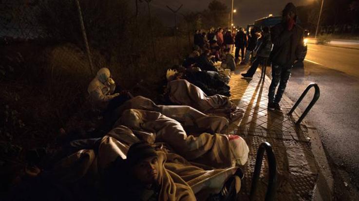 Entre los casi 200 venezolanos inmigrantes que pasan horas fuera de la comisaría se encuentran mujeres embarazadas, niños y personas enfermas de cáncer.