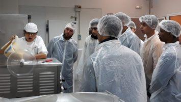 Un grupo de 16 jóvenes latinoamericanos se forma en un máster class culinaria para entrar al mercado laboral español.
