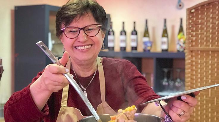 Giusi y Guiseppe han creado el plato estrella de DeliPeppe: Una focaccia rellena con carne mechada, aguacate, tajadas y queso mozzarella.