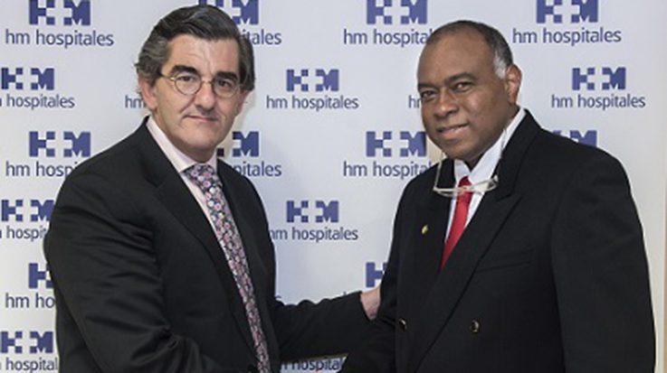 Doctor Juan Abarca Cidón, presidente de HM Hospitales; junto al Doctor Fredy Pomares, decano de la Facultad de Medicina de la Universidad de Cartagena.