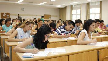 Aspirantes durante el examen PIR.