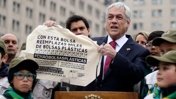 Presidente de Chile sosteniendo bolsa reusable