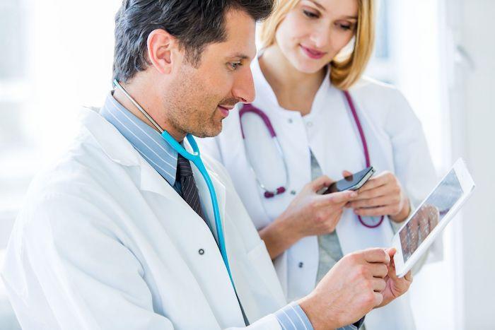 médicos viendo unas pantallas