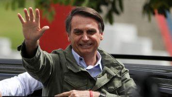 Jair Bolsonaro saludando a la gente
