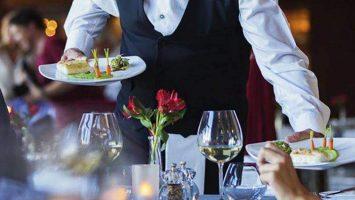 Camarero con plato en la mano