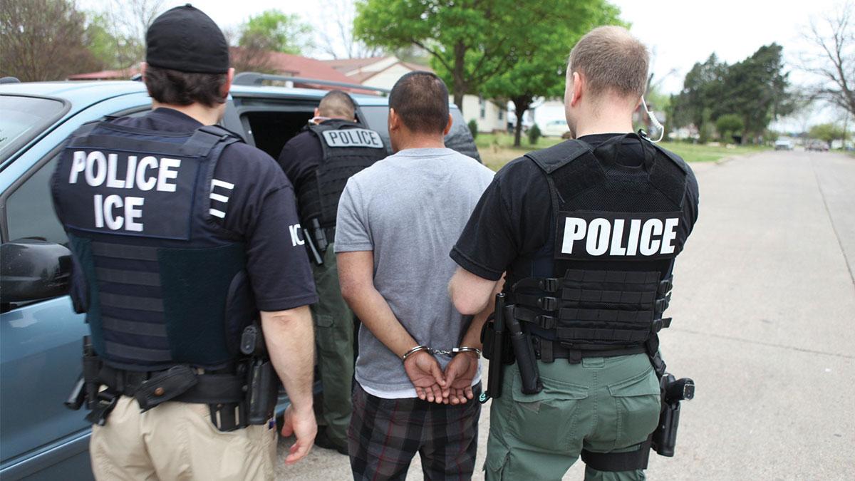 Policías ICE haciendo arresto