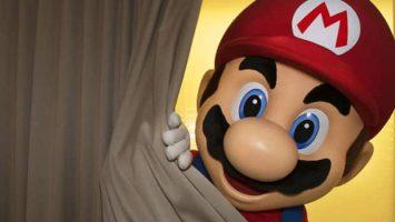 Mario detrás de cortina