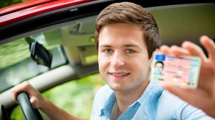 Joven mostrando licencia