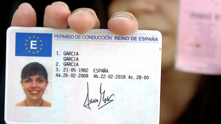 joven mostrando carnet de conducir