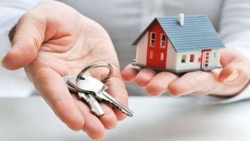 llaves y casa en mano