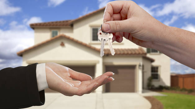 entregando llaves de vivienda