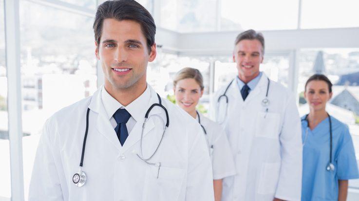 Médicos viendo a cámara